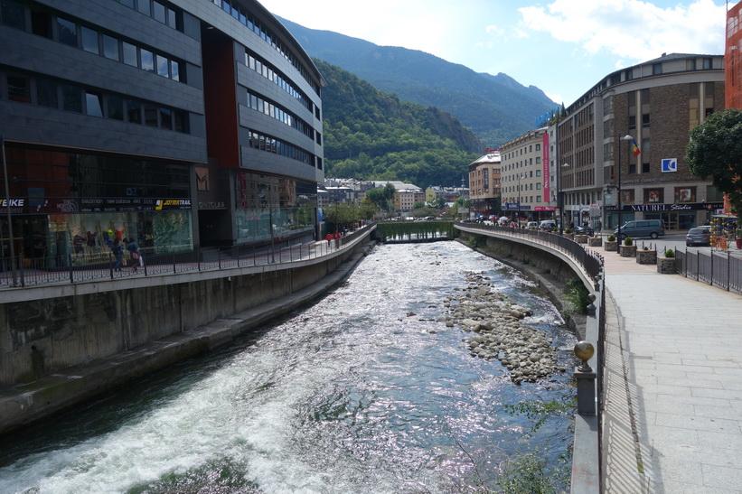 Floden Gran Valira i centrala Andorra la Vella.