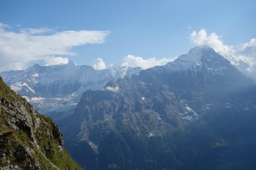 Mäktiga Eiger till häger i bild. Den långa vandringen från Bachsee (2265 m.ö.h.) hela vägen ner till Grindelwald (1034 m.ö.h.).