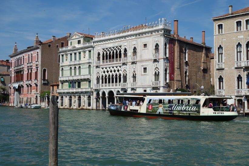Arkitekturen längs Canal Grande är fantastisk, Venedig.