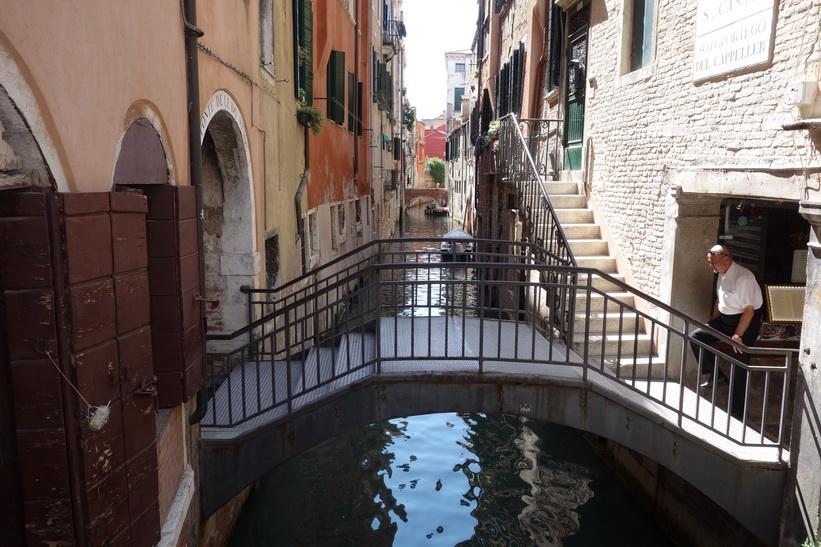 Vacker kanal med minibro, Venedig.