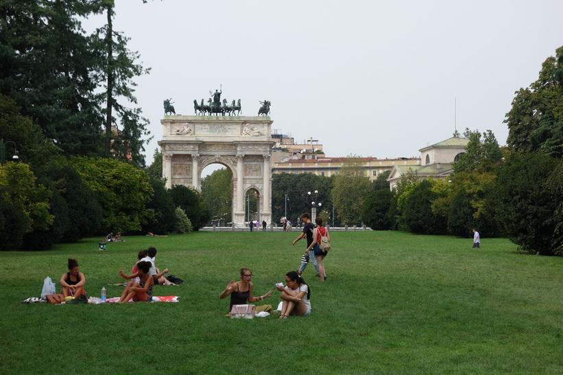 Parco Sempione med triumfbågen Arco della Pace i bakgrunden, Milano.