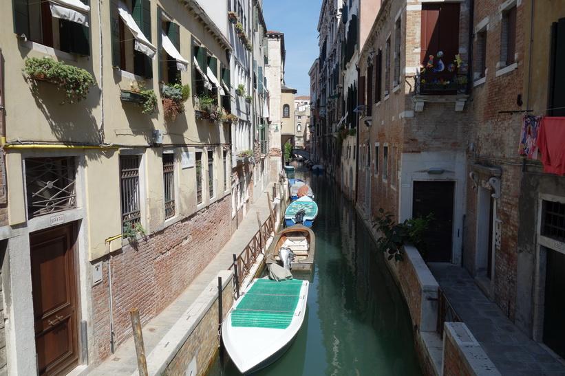 Kanal med sedvanlig vacker omgivande arkitektur, Venedig.