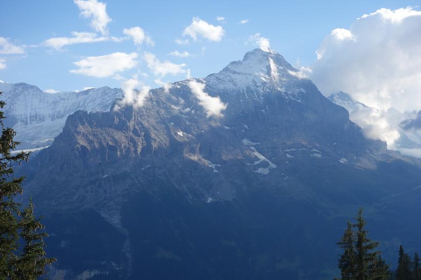 Mäktiga Eiger till höger i bild. Den långa vandringen från Bachsee (2265 m.ö.h.) hela vägen ner till Grindelwald (1034 m.ö.h.).