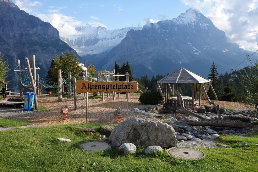 Lekplats med Eiger till höger i bakgrunden. Den långa vandringen från Bachsee (2265 m.ö.h.) hela vägen ner till Grindelwald (1034 m.ö.h.).