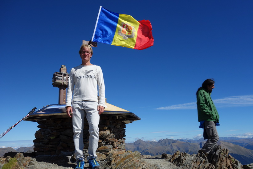 Stefan på toppen av Coma Pedrosa.