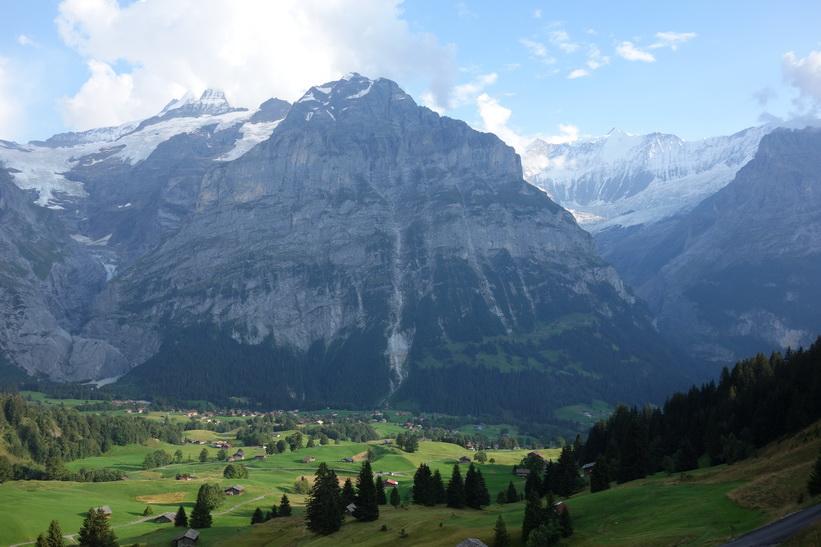 Mätterhorn (3104 m.ö.h.) reser sig upp bakom Grindelwald. Den långa vandringen från Bachsee (2265 m.ö.h.) hela vägen ner till Grindelwald (1034 m.ö.h.).