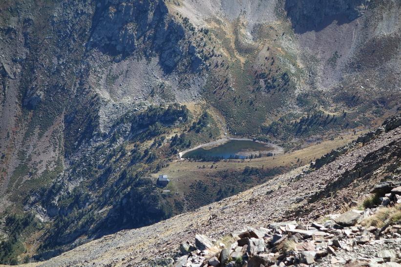 Refugio de Coma Pedrosa sedd från toppen av Coma Pedrosa.