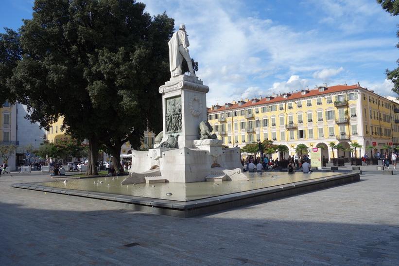 Torget Place Garibaldi med sin vackra omgivande arkitektur, Nice.