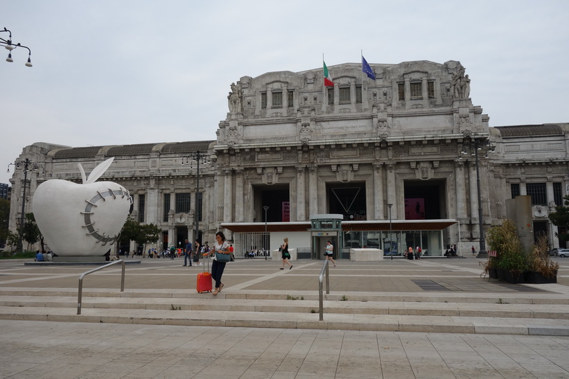 The Reintegrated Apple och den fantastiska centralstationen i Milano.