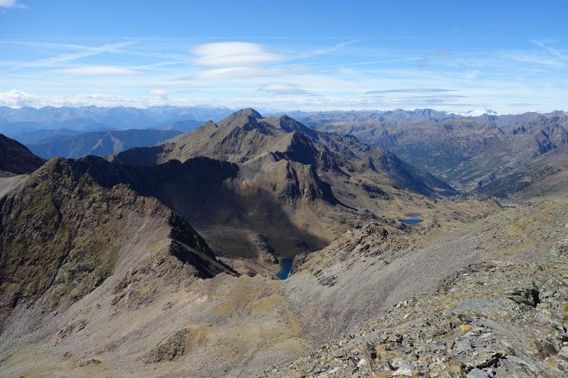 Utsikten över Pyrenéerna från toppen av Coma Pedrosa.