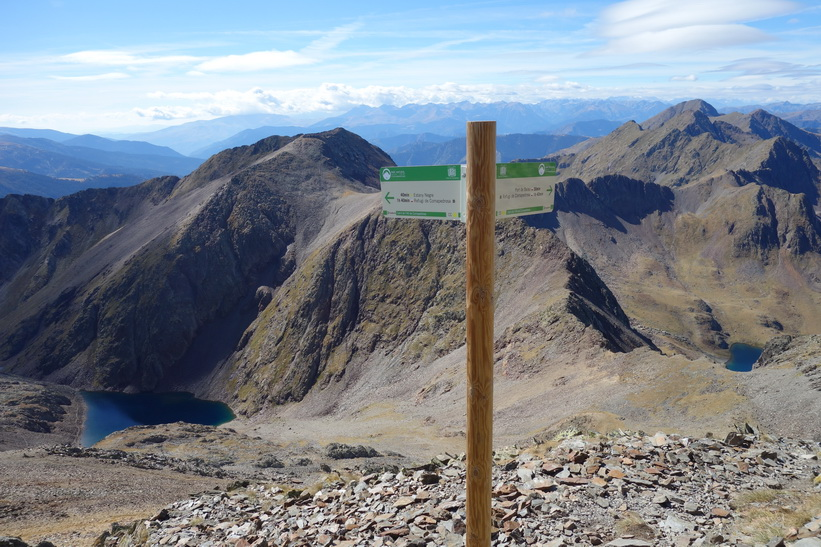 Två vägar ner till Black Lake från toppen av Coma Pedrosa.