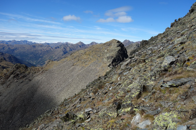 På väg ner från toppen av Coma Pedrosa till Black Lake.