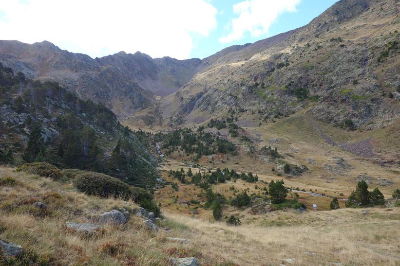 Tillbakablick över leden upp mot Black Lake från Refugio de Coma Pedrosa.