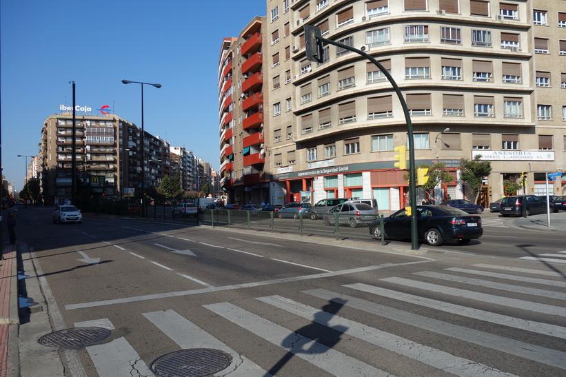 Gatuscen längs Avenida de Madrid, Zaragoza.