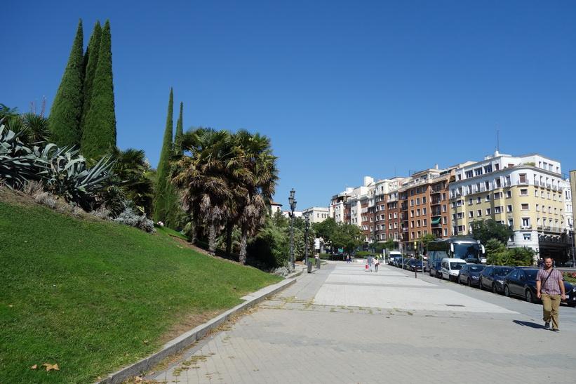 Till vänster i bild Parque del Oeste, Madrid.