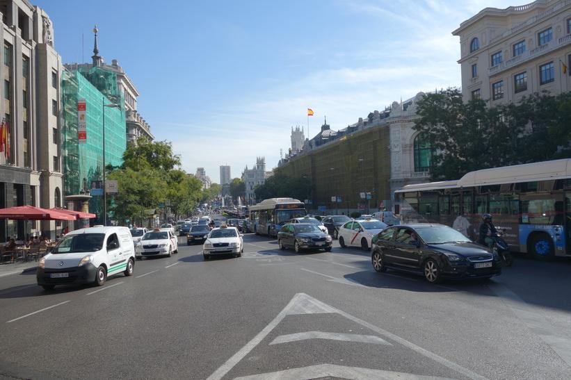 Trafiken längs Calle Gran Vía, Madrid.