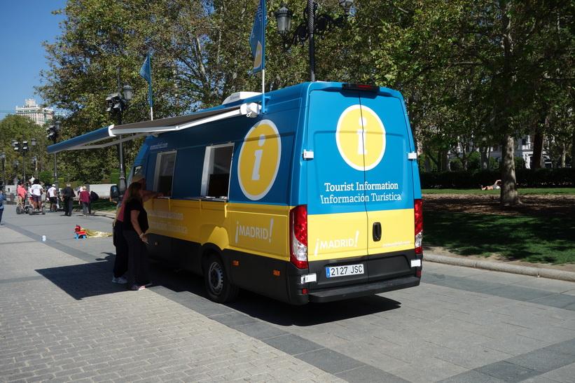 Mobil turistinformation längs Calle de Bailén, Madrid.