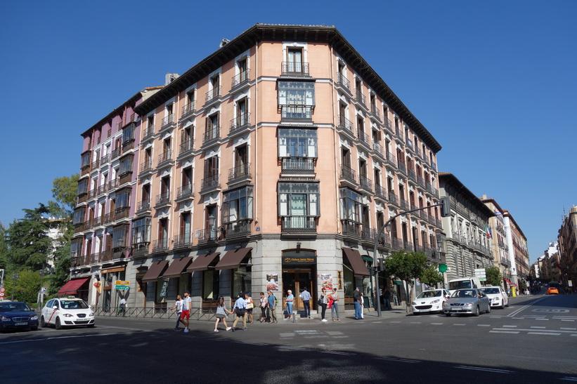 Gatuscen längs Calle de Bailén, Madrid.