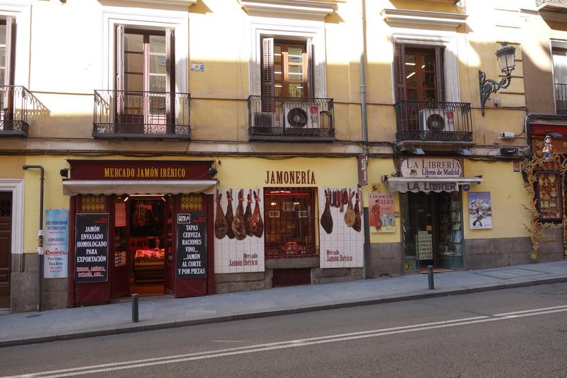 Trevliga butiker längs Calle Mayor, Madrid.