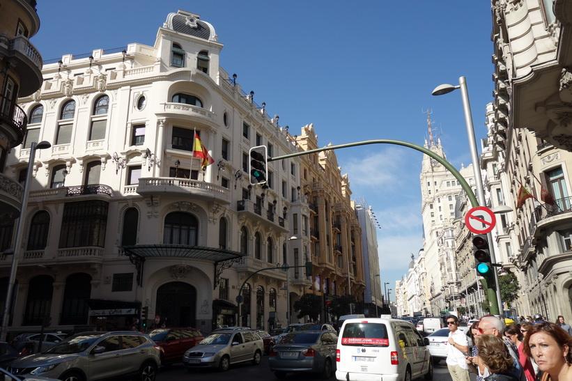 Vacker arkitektur längs Calle Gran Vía, Madrid.