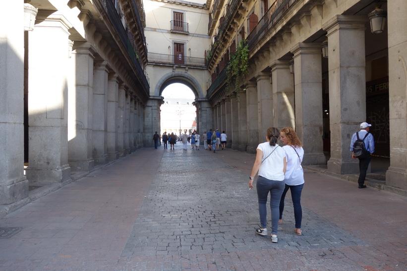 En av nio portaler som leder in till torget Plaza Mayor, Madrid.