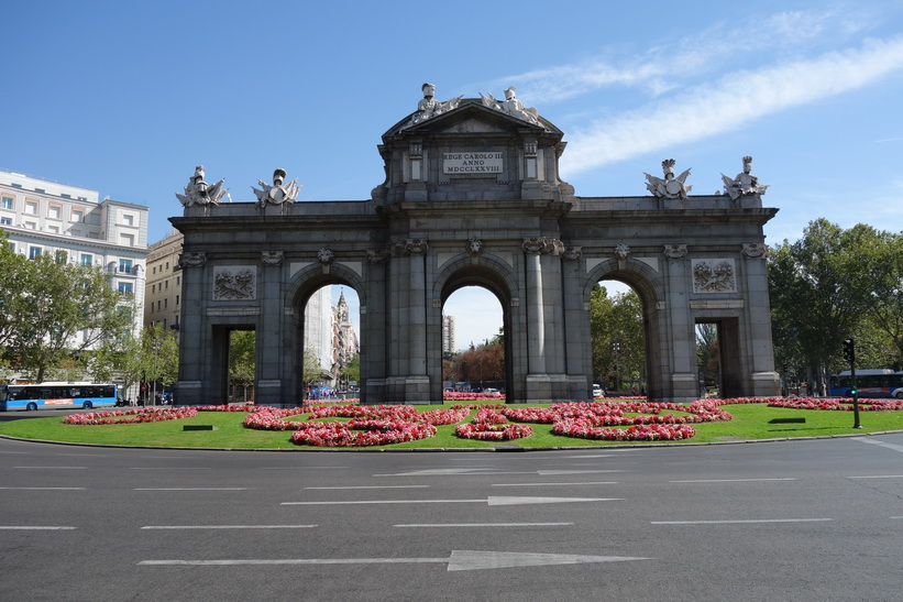 21 meter höga triumfbågen Puerta de Alcalá, Plaza Independencia, Madrid.