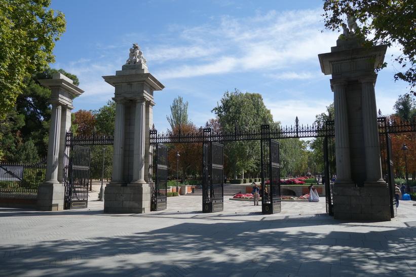 Entrén från Plaza Independencia till Parque de El Retiro, Madrid.