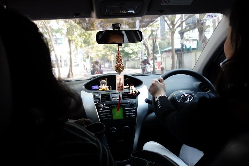 På väg till Ayutthaya med Aom, Yhud och Top. Aom kör sin egen bil.