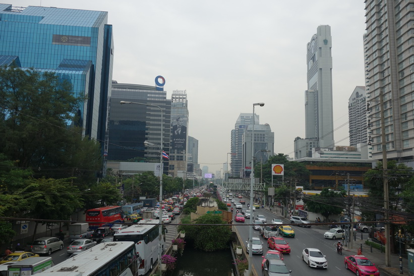 Vy i riktning öst längs Sathorn Road från gångbron som ligger i höjd med Convent Road, Bangkok.