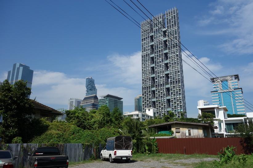 Här har soi Suan Phlu 1 övergått till att heta soi Naradhiwas Rajanagarindra 9. MahaNakhon syns i bakgrunden, Bangkok.