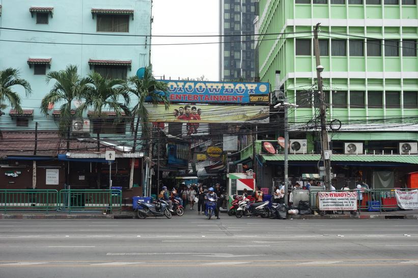 Den västra änden av soi Cowboy längs Asok Montri Road, Bangkok.