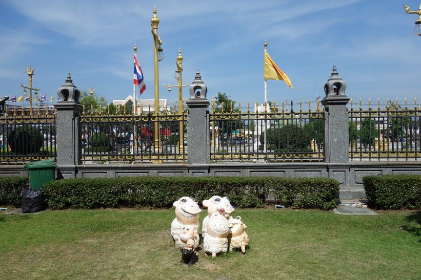 Små skulpturer framför templet Wat Sothorn Wararam Worawiharn, Chachoengsao.