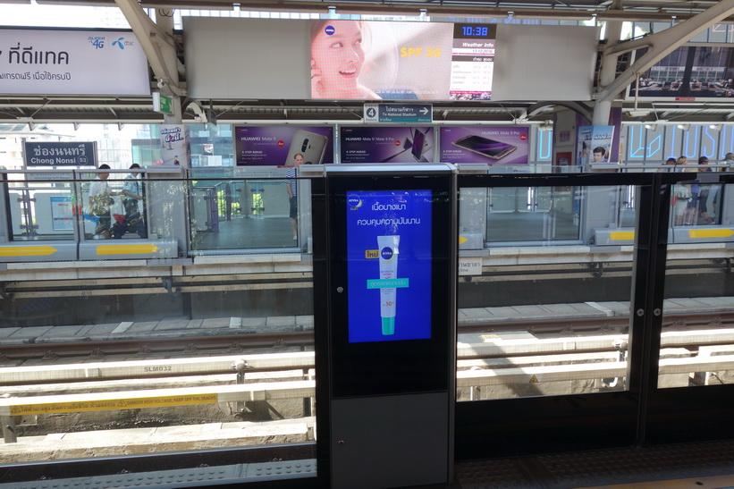 Många BTS-stationer i staden har nu skyddstaket. BTS-station Chong Nonsi, Bangkok.