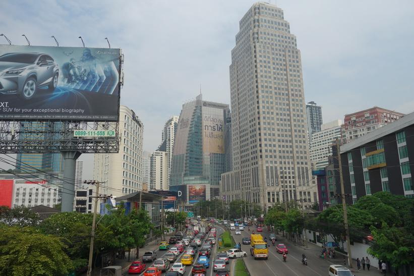Byggnaden i förgrunden är Exchange Tower som står korsningen Sukhumvit Road-Ratchdapisek Road-Asok Montri Road, Bangkok.
