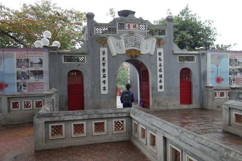 Entrén ut mot Cầu Thê Húc-bron som leder över till Ngoc Son Temple, Hanoi.