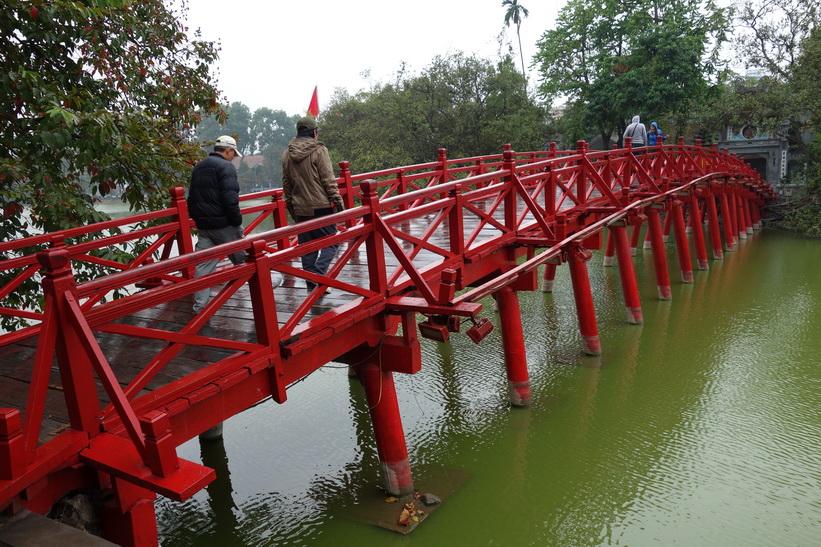 Cầu Thê Húc-bron som leder över till Ngoc Son Temple, Hanoi.
