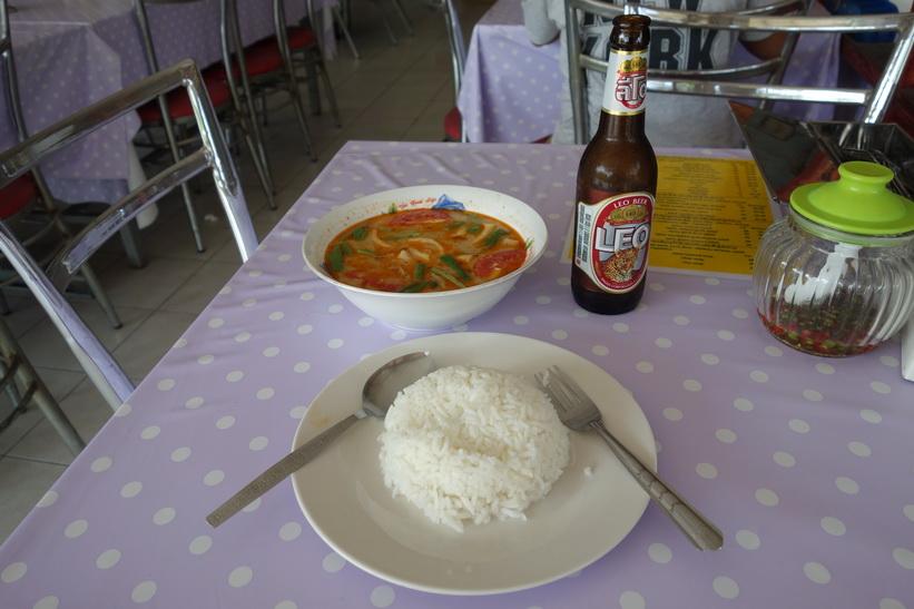 Stopp för en Tom Yum Kung-lunch under cykelturen i Bang Kachao, Bangkok.