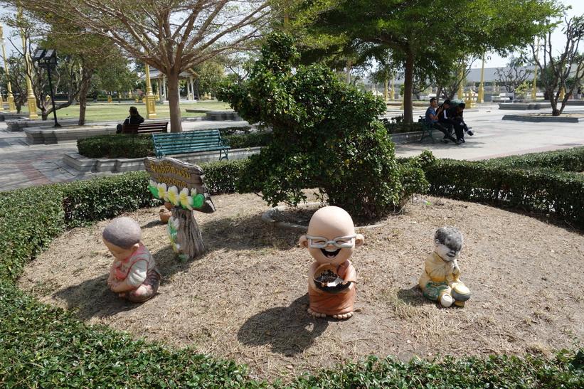 Skulpturer på tempelgården vid Wat Sothorn Wararam Worawiharn, Chachoengsao.