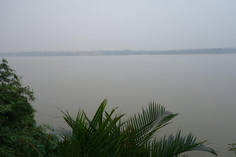 Utsikt över Röda floden från restaurangen, Hanoi.