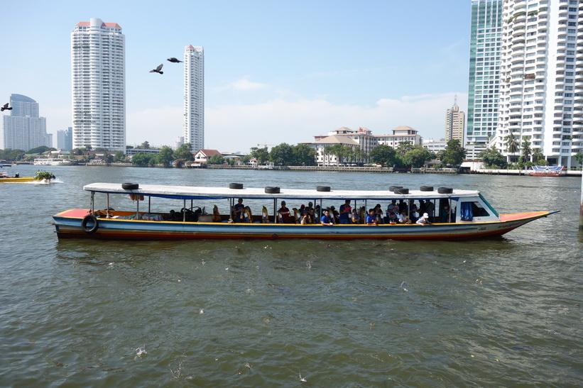 Passagerarbåt vid Mekhala Pier, Bangkok.