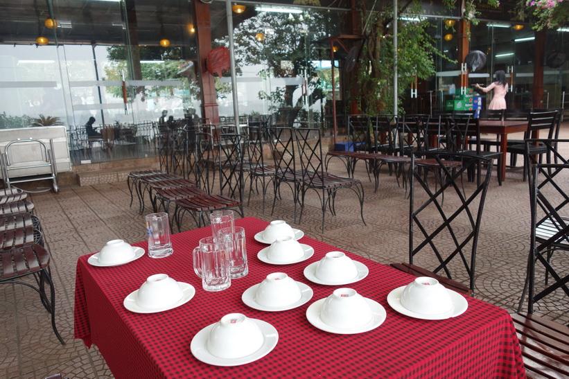 Lunch på restaurang vid Röda floden, Hanoi.