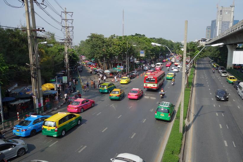 Mo Chit BTS station längst bort i bild, Bangkok.