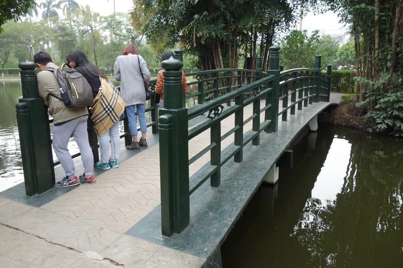 På promenad genom trädgården i Ho Chi Minh's residence, Ho Chi Minh complex, Hanoi.