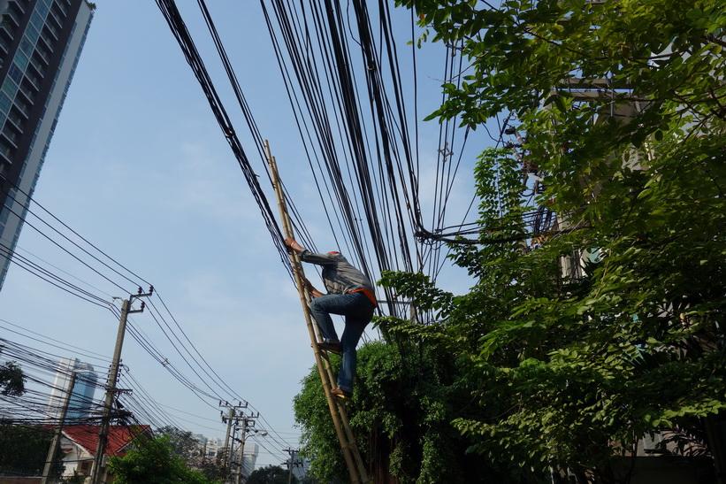 Arbete med elledningar längs Thanon Suan Phlu, Bangkok.