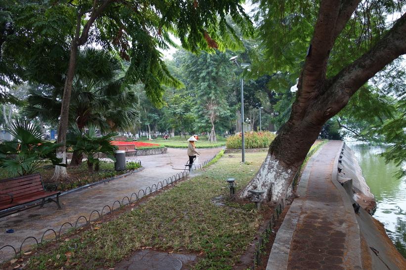 Promenad vid Hoan Kiem-sjön, Hanoi.