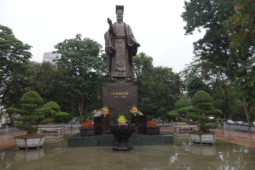 Statyn över Lý Thái Tổ, den förste monarken av Lydynastin, i parken Vườn hoa Lý Thái Tổ, Hanoi.