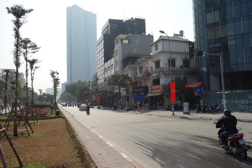 Gatuscen med Lotte Center i bakgrunden, Hanoi.