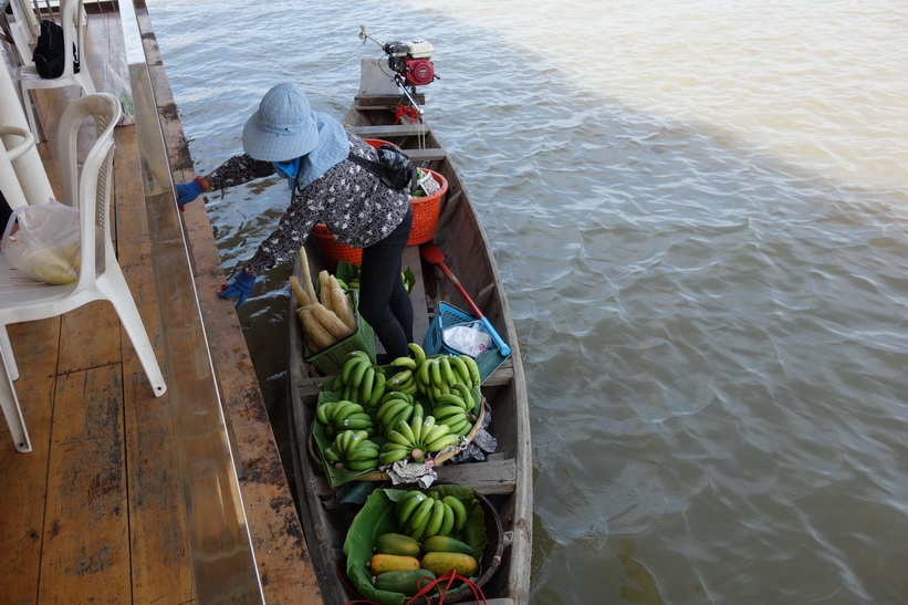 Försäljerska med båt vid restaurang Ruen Romsai, Chachoengsao.