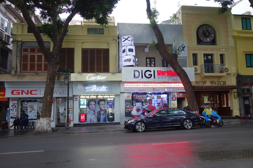 Affärer längs gatan Hàng Khay som går längs södra sidan av Hoan Kiem-sjön, Hanoi.