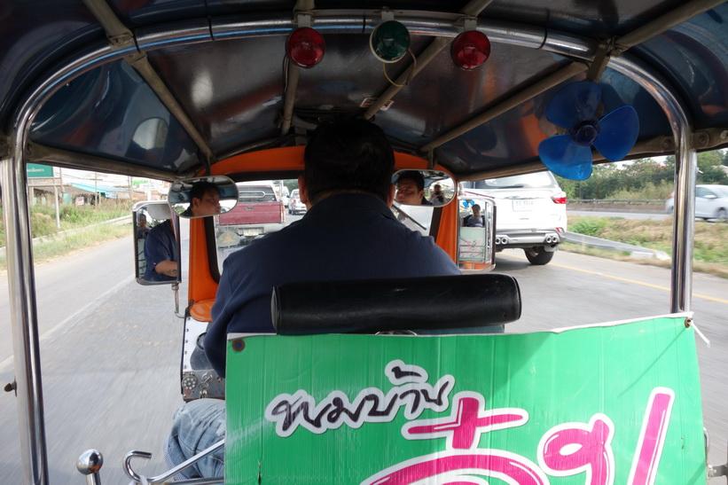 Vår Tuk-Tuk-chaufför tar oss vidare till Wat Saman Rattanaram, Chachoengsao.